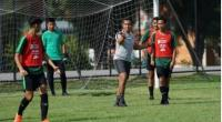 Pelatih timnas Indonesia U-15 Bima Sakti (kedua dari kanan) memimpin latihan skuatnya di Lapangan Latihan PTT di Chonburi, Thailand, Jumat (26/7)