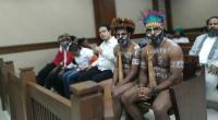Dua dari enam aktivis Papua tetap mengenakan koteka saat menghadiri sidang lanjutan dengan agenda jawaban Jaksa atas eksepsi penasihat hukum, di Pengadilan Negeri Jakarta Pusat, Senin (20/1/2020). Dua aktivis Papua itu, yakni Ambrosius Mulait dan Dano Tabuni.