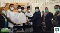 Ketua DPRD Solsel Zigo Rolanda menerima Berita Acara Penetapan Pasangan Bupati dan wakil Bupati Solok Selatan terpilih dari Ketua KPU Solsel Nila Puspita
