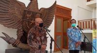 Menteri Koperasi dan UKM, Teten Masduki saat jumpa pers di Kepatihan Didampingi Gubernur DIY, Sri Sultan Hamengku Buwono X, Kamis (6/8/2020)