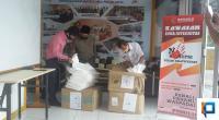 Penyerahan ratusan set baju hazmat kepada perwakilan RSUD dr. Achmad Darwis di kantor Bawaslu  Lima Puluh Kota, Rabu (26/5).