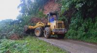 Personil BPBD Solsel membersihkan material longsor yang menutupi badan jalan Provinsi Padang Aro-Pulau Punjung di RPC kecamatan SBH Solsel