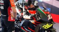 Maverick Vinales mencoba posisi mengendarai motor Aprilia RS-GP
