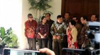 Ketua Umum Partai Gerindra Prabowo Subianto saat berbincang dengan Ketua Umum PDIP Megawati Soekarnoputri saat tiba di kediaman Megawati di Jalan Teuku Umar, Jakarta Pusat, Rabu (24/7/2019)