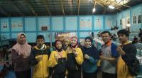 Dua pesilat Paguyuban Perisai Diri 1955 Sumbar bersama pelatih dan official usai menerima medali kejuaraan pwncak silat STIE Sakti Alam - CUP I