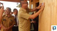 Wali Kota Payakumbuh, RIza Falepi saat meresmikan rumah warganya yang selesai direhab.