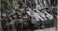 Polisi melakukan pengamanan saat sejumlah massa melakukan aksi tolak UU Cipta Kerja di kawasan Patung Kuda, Jakarta, Selasa (13/10/2020)