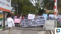 Aliansi Pemuda dan Masyarakat Peduli Demokrasi di Depan Kantor KPU Sumbar
