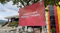 Spanduk imbauan cuci tangan di plaza Kantor Pusat Semen Padang