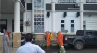 Petugas COVID-19 melakukan penyemprotan Disinfektan di Kantor Bupati Solsel