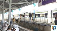 Penumpang di stasiun Pulau Aie tengah menunggu keberangkatan kereta api