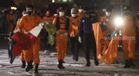Petugas Basarnas membawa kantong jenazah berisi bagian tubuh korban dan serpihan pesawat Sriwijaya Air SJ 182 rute Jakarta - Pontianak yang hilang kontak di perairan Kepulauan Seribu, di Dermaga JICT, Tanjung Priok, Jakarta, Senin (11/1/2021).