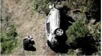 Mobil yang dikendarai pegolf Tiger Woods, yang telah dilarikan ke rumah sakit dengan sejumlah cedera, berada di jurang menyusul kecelakaan tunggal di Los Angeles, Amerika Serikat, Selasa (23/2/2022).
