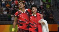 Pebulutangkis Indonesia, Tontowi Ahmad (kiri) bersama partnernya di ganda campuran, Liliyana Natsir, merayakan keberhasilan meraih medali emas di Olimpiade 2016 Rio de Janeiro.