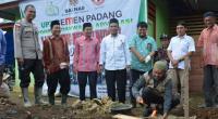 Kepala Pelaksana Harian UPZ Baznas Semen Padang Muhammad Arif saat meletakkan batu pertama pembangunan rumah da'i di Mentawai.