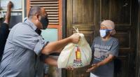 Andre Rosiade bagikan bantuan sembako kepada warga Bukittinggi
