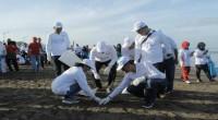 Menteri BUMN Rini Soemarno bersama ribuan masyarakat Kota Padang membersihkan seluruh sampah yang berserakkan di Pantai Padang.