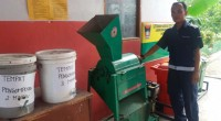 Ketua Jurusan Teknik Mesin SMK Semen Padang Wilde Irwin memperlihatkan kepada awak media mesin pencacah sampah yang dibuat oleh siswanya.