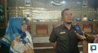 Wakil Ketua DPRD Pessel, Jamalus Yatim didampingi Ermiwati Anggota DPRD usai rapat paripurna internal hak interpelasi