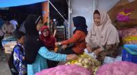 Ibu-ibu rumah tangga membeli bahan kebutuhan pokok saat operasi pasar di Batusangkar